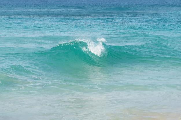 Пляж с винтовой океанской волной. доминиканская республика.