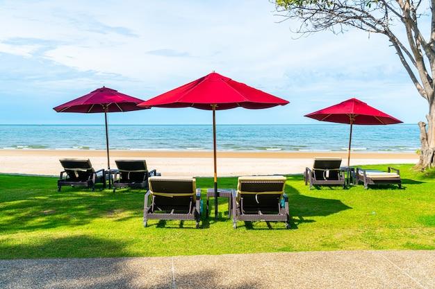 Пляж с шезлонгами и зонтиками