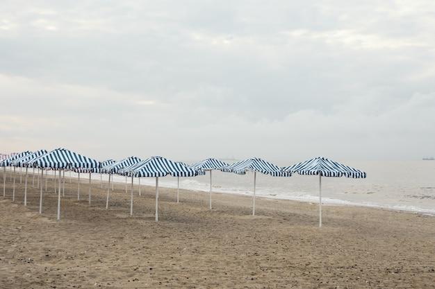 Пляж с зонтиками. утро на море. пустой пляж