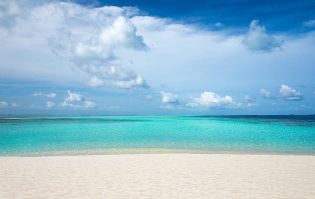 몰디브의 수상 방갈로가 있는 해변