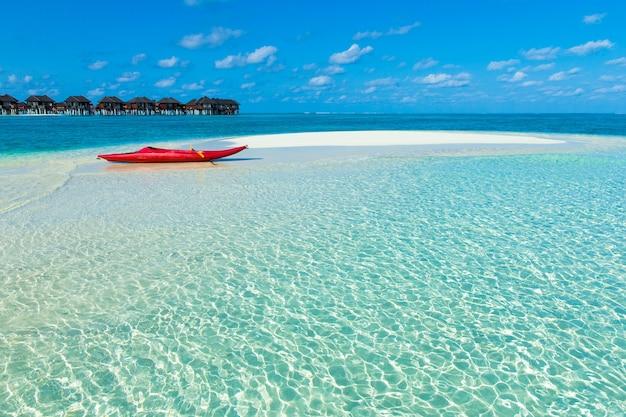 몰디브 워터 방갈로가있는 해변