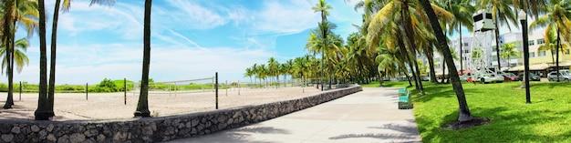 白い砂浜、太陽、静かな海のあるビーチ。熱帯のバナー。