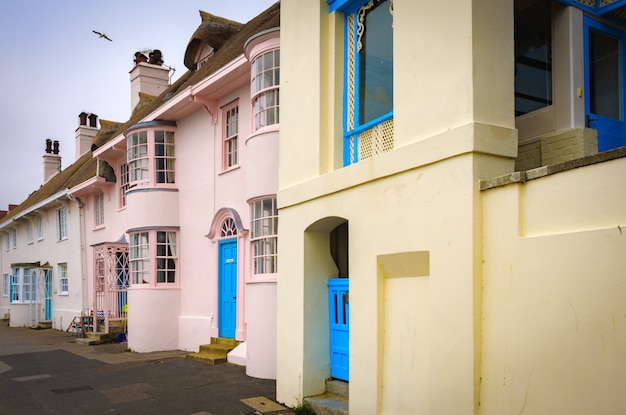 여름에 채색 된 라임 레지스 영국 영국 파스텔의 비치 하우스