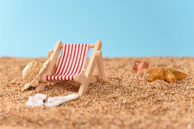 Пляжный отдых в жаркий солнечный день.