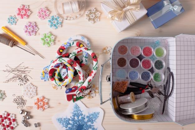 구슬로 장식된 상자, 유색 구슬 및 보석 만들기 도구가 있는 상자. 수제 준비