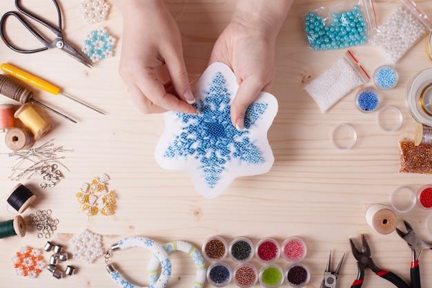 크리스마스 트리를 위한 파란색 눈송이입니다. 수제 준비, 테이블 위의 평면도