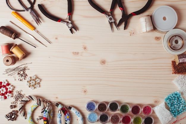 보석을 만들기 위한 구슬과 도구. 수제 준비. 평면도