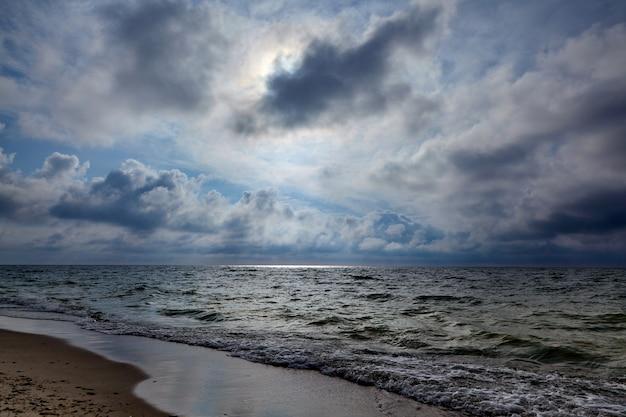 Луч на поверхности океана от солнечных лучей сквозь облака