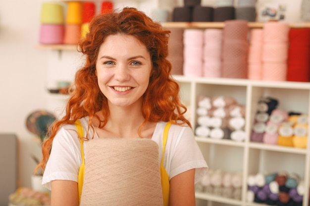 뜨개질에 대한 매우 밝은 아이디어를 가진 빛나는 창조적 redhaired 소녀