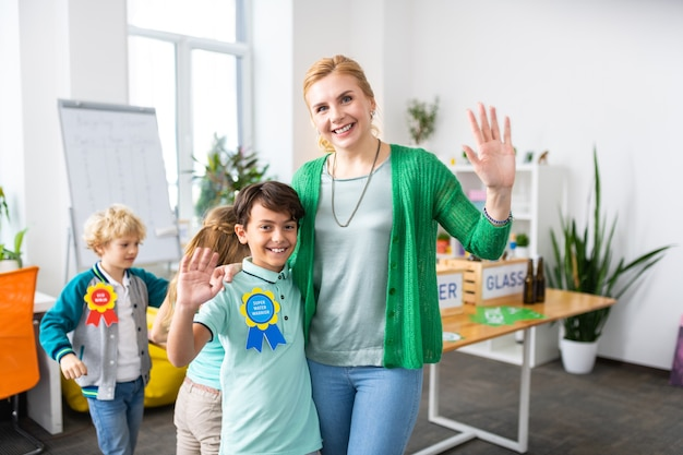 Сияющий учитель и школьник счастливы после экологической акции и сортировки мусора