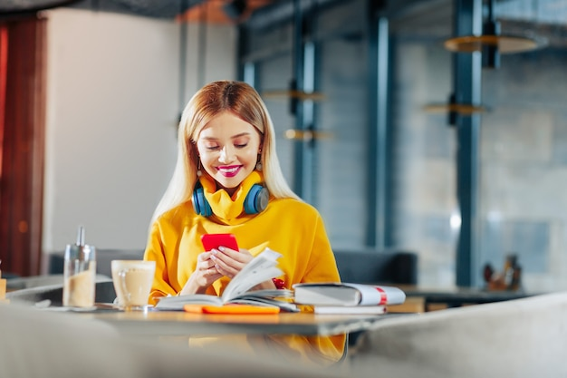 Сияющая женщина. сияющая красивая женщина чувствует себя счастливой после прочтения сообщения от парня