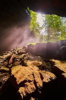 Лучи света, падающие в отверстие пещеры