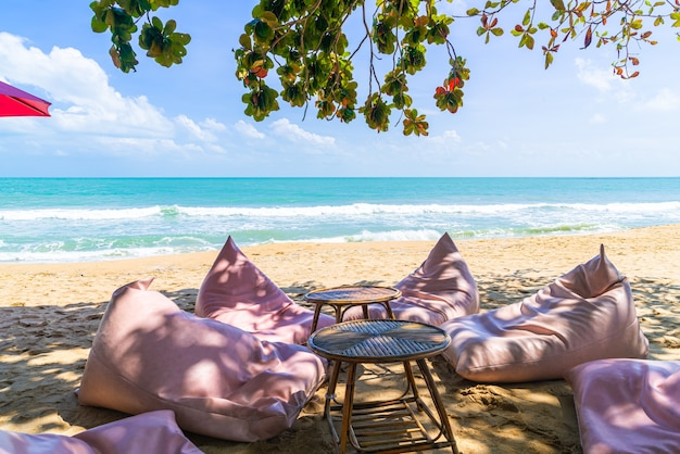 Мешок фасоли на пляже с океаном, морем и голубым небом