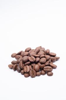 흰색 배경에서 콩 커피입니다. 미디엄 로스팅된 커피 콩은 흰색 바탕에 밝은 갈색입니다.