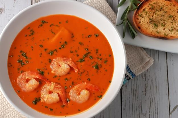 Фасолевый суп-пюре с креветками, помидорами и розмарином. здоровая домашняя диета. вегетарианский, веганский суп.
