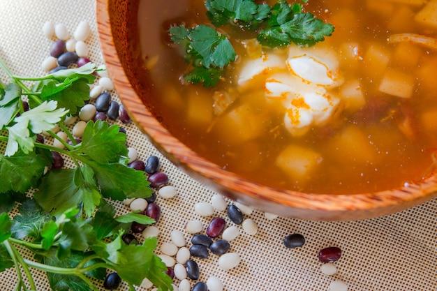 木の板に豆のスープスープのボウル