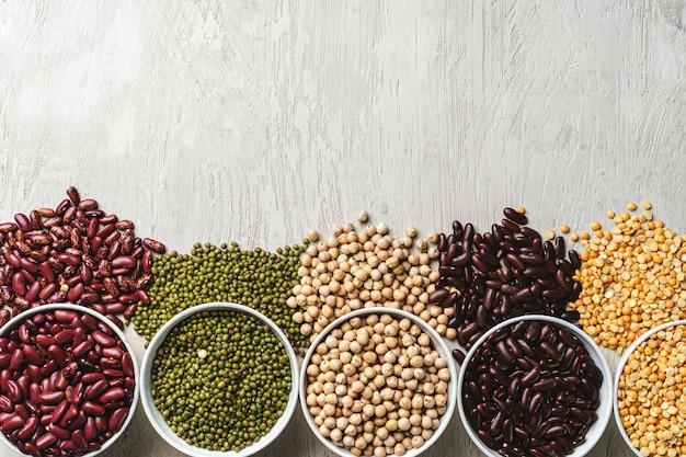 白い石のテーブルに豆の品揃えをクローズアップ。