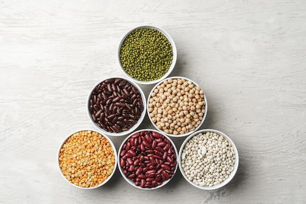 白い石のテーブルに豆の品揃え