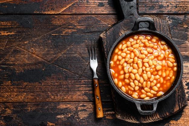 鍋にトマトソースの豆