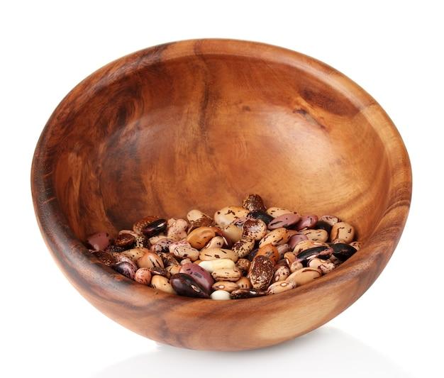 白で隔離される木製のボウルの豆