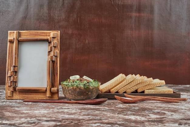 Салат из фасоли с ломтиками хлеба и специями.