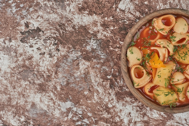 セラミックカップのトマトソースの豆のスープ。