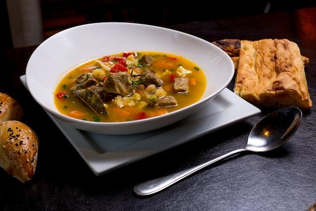 豆のスープ肉ニンジンポテトトマトグリーンサイドビュー