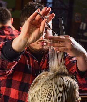 Борода и усы. профессиональный парикмахер в интерьере парикмахерской. портрет стильной бороды человека. бритье. парикмахер в парикмахерской. человек в парикмахерской с хипстерской стрижкой.