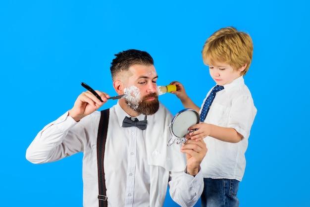 Уход за бородой маленький парикмахер парикмахерская реклама бритья в парикмахерской салон для мужчин сын и папа в