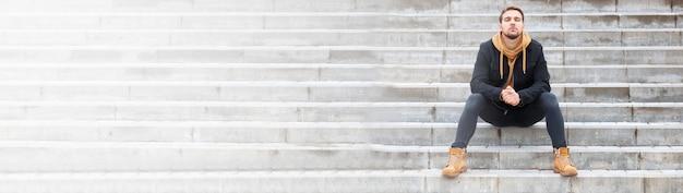 Борода красавец на лестнице на улице осенняя улица