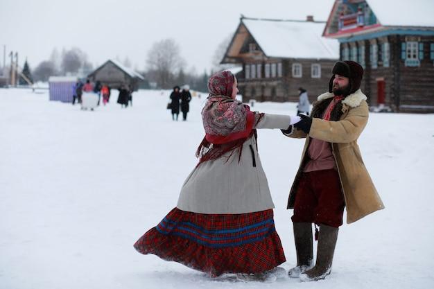 Бородатый мужчина в традиционном зимнем костюме крестьянского средневековья в россии