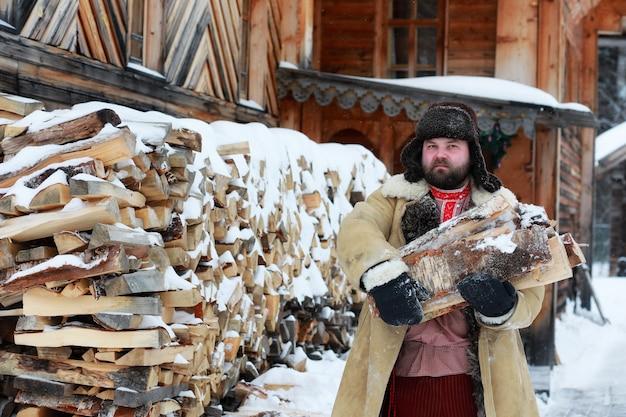 러시아에서 농민 중세 시대의 전통적인 겨울 의상에서 수염 남자