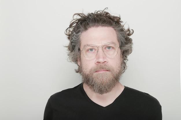 Борода человек улыбается в ретро очках