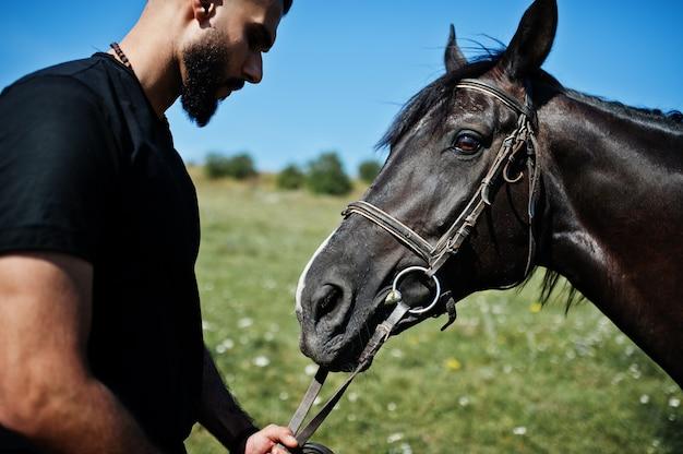 Борода мужчина с лошадью