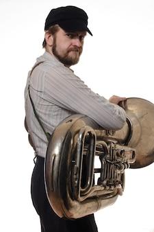 Бородатый мужчина с подтяжками и кепкой, держащей трубку. стоя спиной