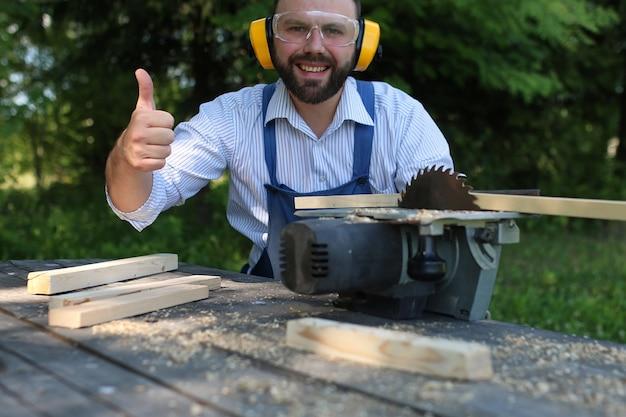 Борода человек, работающий на циркулярной пиле