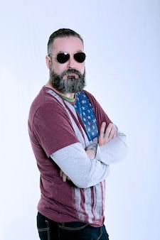 7월 4일 미국 독립 기념일을 위해 준비된 수염 난 미국 힙스터 스타일의 남자