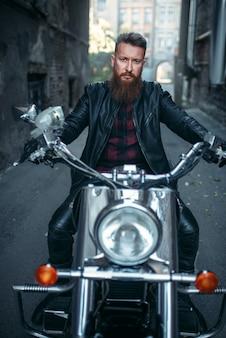 Бородатый байкер на классическом чоппере