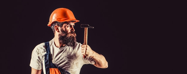 검은 배경에 고립 수염된 작성기입니다. 수염을 기른 수염 난 남자 노동자, 건물 헬멧, 단단한 모자.