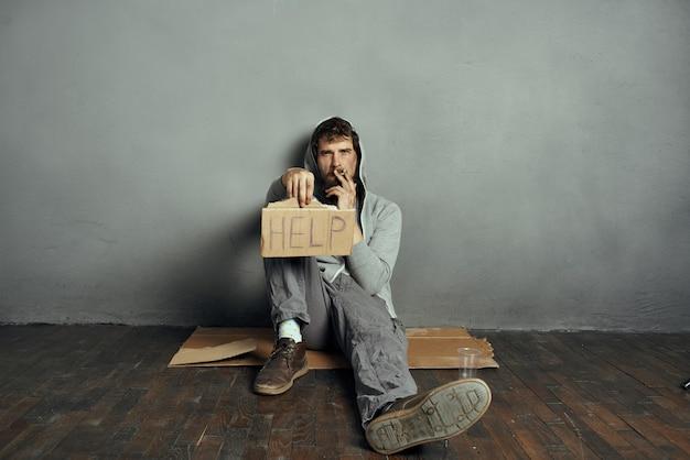 ひげを生やしたお尻は、うつ病のライフスタイルを助ける看板を持って床に座っています