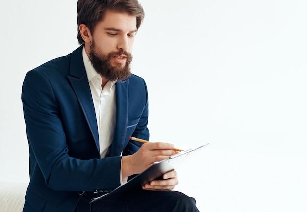 スーツを着たひげを生やしたビジネスマンが事務処理を再開します