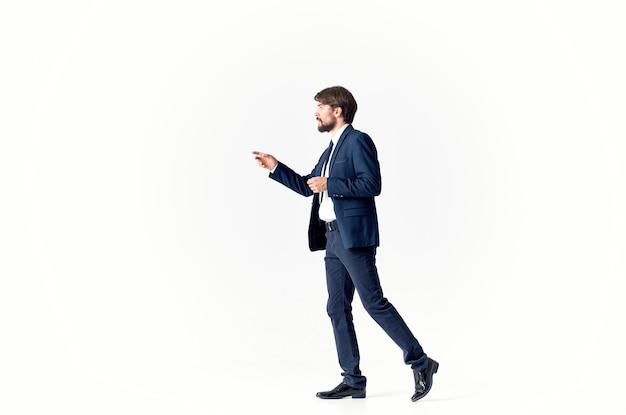 ひげを生やしたビジネスマンマネージャープロフェッショナルオフィススタジオ