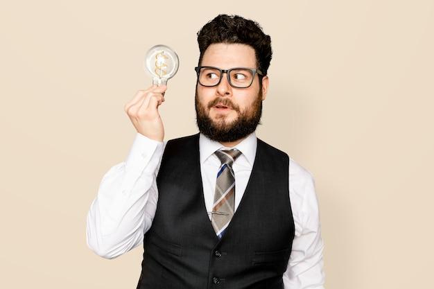 Бородатый бизнесмен держит лампочку для инновационной кампании