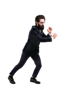 ひげを生やしたビジネスマンは、空白で隔離された目に見えないロープを引っ張る