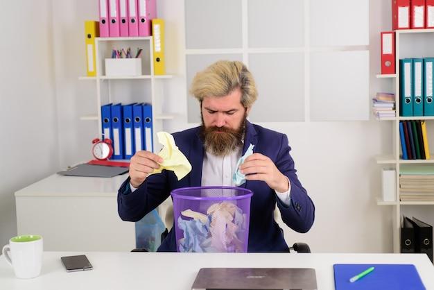 Бородатый бизнесмен с мусорной корзиной идеи деловой офисный человек в офисе