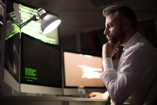 Бородатый кодер сосредоточен на работе