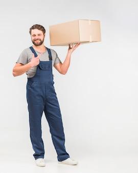 Бородатый доставщик указывает пальцем на коробку