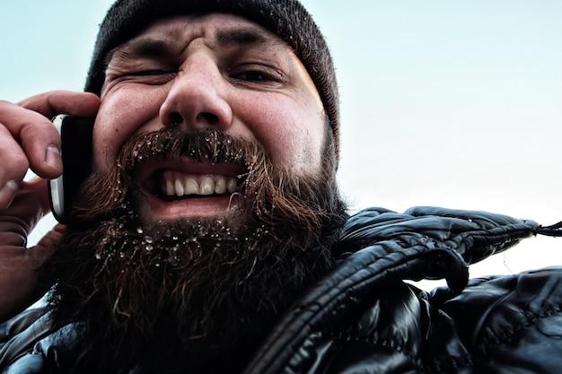 ひげを生やした汚い男の冬
