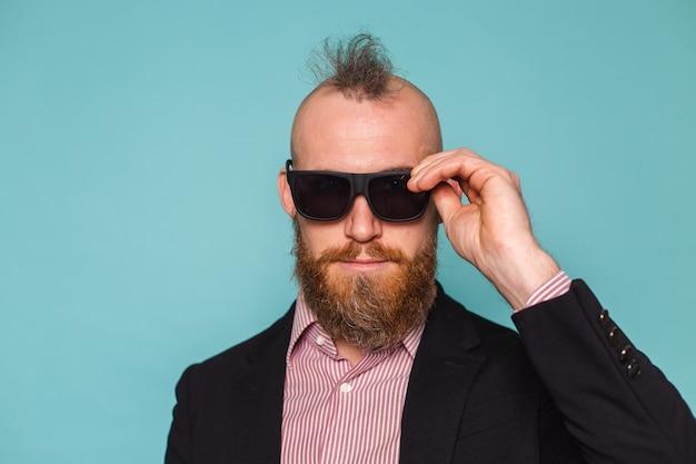 검은 양복에 수염 된 유럽 사업가 절연, 선글라스를 착용