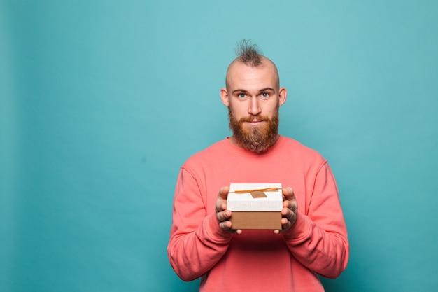 캐주얼 복숭아 절연에 수염 된 유럽 남자, 흥분 오프닝 선물 상자